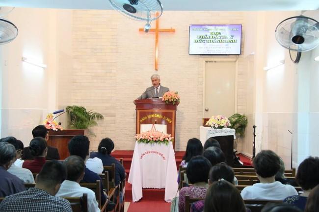 MS. Phan Minh Nghĩa giảng lời Chúa