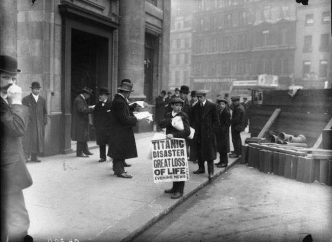 Thông tin về thảm họa Titanic cướp nhiều sinh mạng xuất hiện trên trên trang nhất của tờ Evening News.